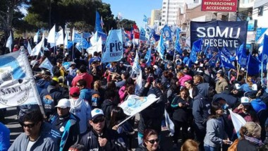 Banderas. Una multitud marchó en la ciudad del Golfo en adhesión al esquema de protesta que se organizó desde las cúpulas gremiales.
