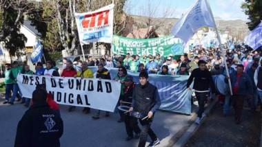 Columna. La manifestación con las distintas organizaciones gremiales avanzando por las calles de Esquel.