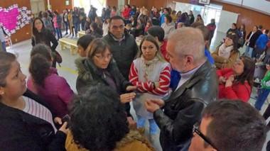 Chicala presente. El ministro de Infraestructura concurrió a la escuela de Rawson para explicar el informe y dar cuenta de los pasos a seguir.