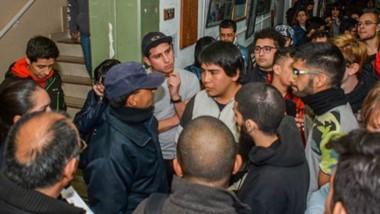 Un clima tenso en la Universidad de Trelew. Las fuerzas de la Policía ingresaron al edificio para bajar los ánimos, pero los universitarios les cuestionaron la presencia en el lugar.