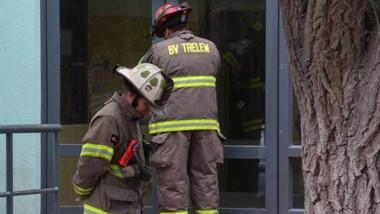 Los bomberos cubrieron el acceso del establecimiento con Policía.