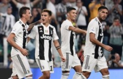 Dybala celebra con Mandzukic, autor de dos goles en victoria de Juventus 3-1 sobre Nápoli.