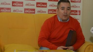 El director de la Escuela Nº 7711, Ariel Pacheco, recibió la impresora donada por la Fundación IARA.