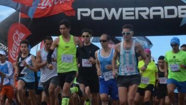 """Unos 170 atletas largaron en la nueva edición del """"Desafío Aniversario Playa Magagna"""", que se realizó ayer."""