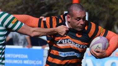 El pilar Ángel Ríos intenta superar la marca del rival rionegrino.