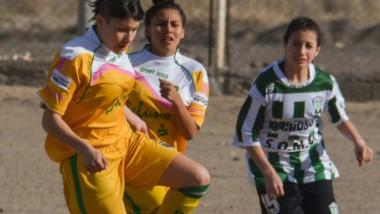El clásico capitalino de mujeres se jugó en cancha de tierra. El de hombres, se celebró en El Fortín.