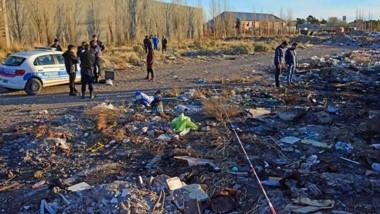Este es el escenario donde un vecino detectó los restos de una persona que ardía entre restos de basura, detrás de un predio fabril.