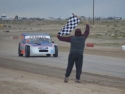 Bandera a cuadros para David Peñalba en la categoría mayor.