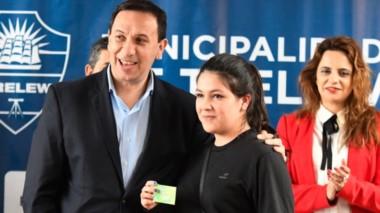 Una ayuda. El intendente Maderna durante un tramo de la entrega de la tarjeta para los estudiantes.