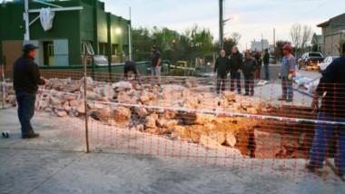 Las reparaciones que lleva adelante la Cooperativa Eléctrica de Trelew por el caño que se rompió sobre la intersección de Belgrano y Cambrin.