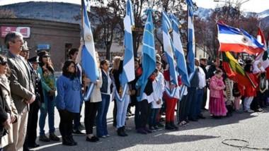 """En el monumento alusivo, se conmemoró el """"Día del Inmigrante"""", con la participación de las colectividades."""