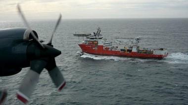 """Nueva búsqueda. Un avión P-3 Orion de la Armada Argentina sobrevuela el buque """"Seabed Constructor"""" que buscará al ARA San Juan."""