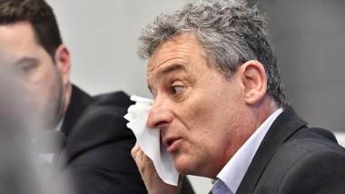 Lágrimas. Bortagaray, conmovido por sentarse en el banquillo, recibió pañuelos de papel de las empleadas de la Oficina Judicial de Rawson.