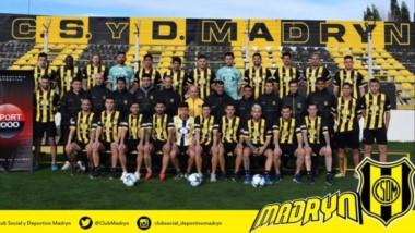 """El plantel y el cuerpo técnico del """"Aurinegro"""" posaron para la foto oficial en el estadio Abel Sastre."""
