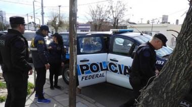 Efectivos de la Delegación Rawson de la Policía Federal en el procedimiento de ayer en plena vía pública.