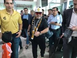 Fiel a su costumbre, Maradona causó una revolución en su arribo a México.