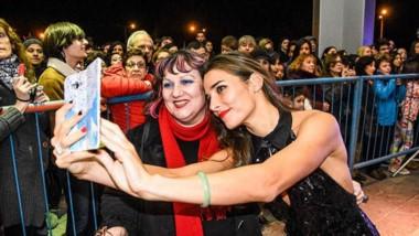 Juana Viale, con toda su belleza,  y una selfie para el recuerdo eterno de una seguidora.