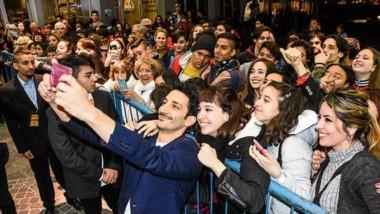Juan Minujín  le da el gusto a las damas y se  saca una selfie con ellas.