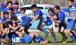 Angel Vissotto toma la guinda e intenta avanzar, mientras los rivales esperan agazapados.