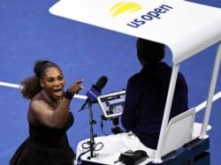 Los nervios a Serena Williams le salieron caros: fue multada por tres infracciones durante la final.
