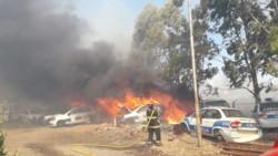 El fuego afecta parte del predio del zoologico y también del área de transporte de Policía (foto FM Tu Lugar)