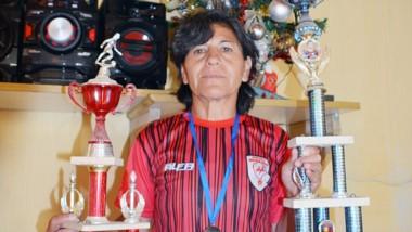 Con su medalla de campeona y dos trofeos, Anita recibió a Jornada y rememoró su carrera dentro y fuera de los campos de juego.