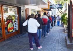 Personas esperan para poder ingresar al banco