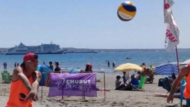 La costa madrynense recibirá una cargada agenda de beach vóley este fin de semana en varias categorías.