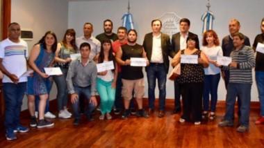 Ayuda municipal. El intendente de Trelew, Adrián Maderna, durante la entrega de los certificados a cada uno de los emprendedores de Trelew.