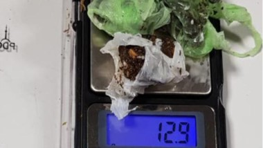 Peso. La marihuana fue encontrada en el marco de una requisa policial.