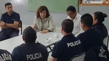 Preparación. Los agentes designados escuchan las instrucciones del Ministerio de Salud para hacer cumplir la orden judicial y a la vez, prevenir consecuencias personales.
