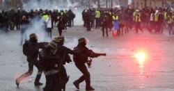 Enfrentamientos y gases lacrimógenos en la novena marcha de los Chalecos Amarillos en París.