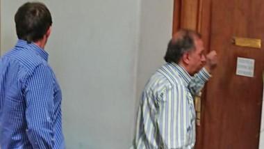 La imagen. El intendente Carlos Linares golpeando las puertas de la privada de Arcioni.