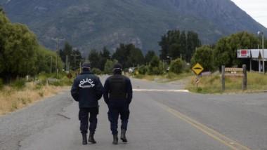 Los agentes de policía custodiando  el aislamiento respiratorio en Epuyén.