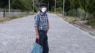 Uno de los pobladores de Epuyén que salió a hacer las compras con el barbijo puesto.