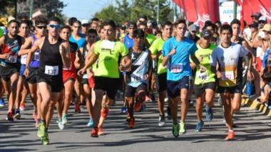 """El rugir de la multitud.  Ciento sesenta atletas participaron de la decimonovena edición de la Corrida """"Don León"""" ayer en Playa Unión."""