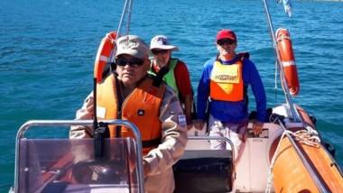 Efectivos de la Prefectura acudieron en auxilio de los dos navegantes.