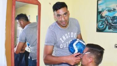 Darío Gustavo Contreras es delantero y peluquero, dos oficios que requieren de máxima precisión para ejecutarse con maestría.