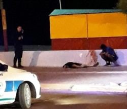 El cuerpo del joven sobre la zona de la rambla. (Foto: Facebook Mario Pereyra)