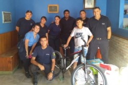 De corazón. Personal de la comisaría segunda con Gianluca, a quien ayudó con una bicicleta y donaciones.