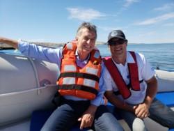 El Presidente con el empresario de avistajes Micky Sosa. (Foto: Pamela Liberatti)