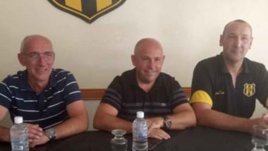 """El """"Pájaro"""" Marina (derecha), fue presentado ayer como nuevo entrenador del básquet """"aurinegro""""."""