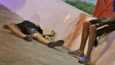 Walter Oyarzo, de 15 años, yace sin vida en el suelo luego de ser atacado por una persona  con un cuchillo.
