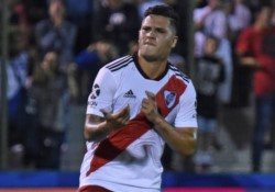 Juan Fernando Quintero anotó el 1-0 de River ante Nacional en un duelo amistoso y le dedicó su gol a Mora.