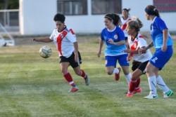 Florencia Fernández maneja el balón. La madrynense fue titular en River Plate.
