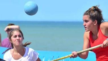 El hockey vuelve a tener actividad este verano en las playas patagónicas.