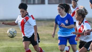 """Florencia Fernández con el balón. La madrynense fue titular ayer en la goleada del conjunto """"Millonario"""", que realiza su pretemporada en la zona."""