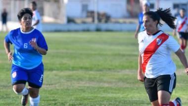 La formoseña Mercedes Pereyra, exseleccionada nacional, supera a Morena Godoy, zaguera de Huracán. La superioridad fue amplia.