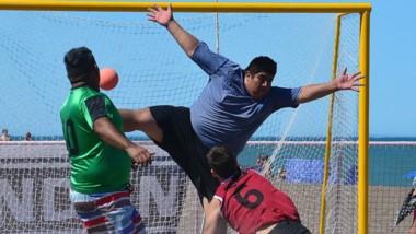 Como todos los veranos, la costa del balneario capitalino recibe el tradicional certamen de beach handball.