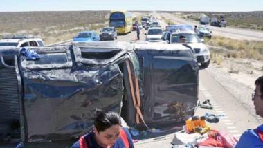 La camioneta quedó recostada sobre uno de sus laterales y la mujer debió ser rescatada por sus heridas.
